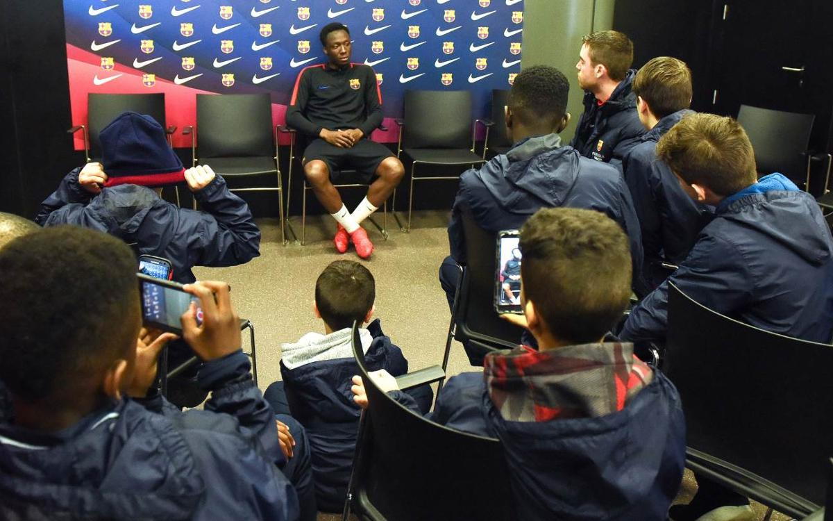 Ballou, the Barça B player from Quebec, meets with FCBEscola Montreal, Canada
