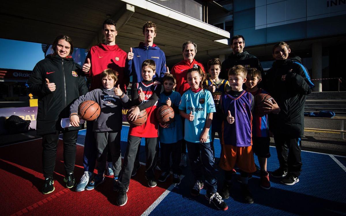 Els jugadors del B visiten els FCBClínics de bàsquet de l'Espai Nadal