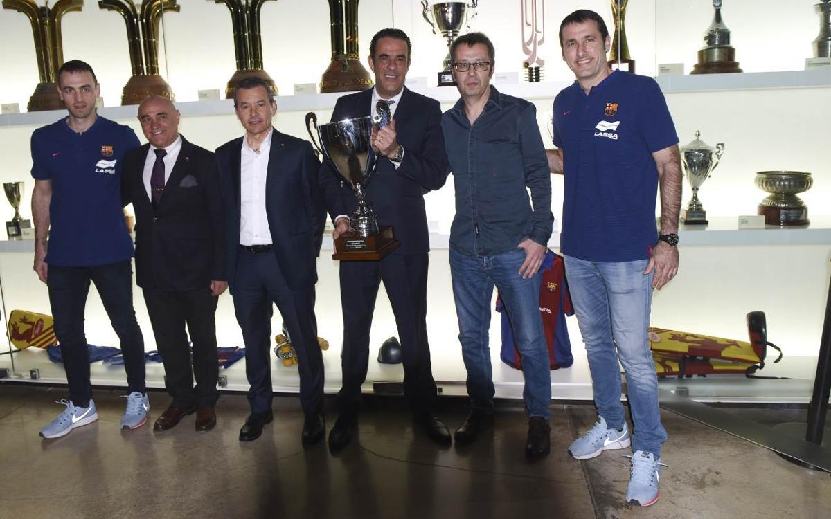 El Barça Lassa entrega la Copa del Rey al Museu antes de viajar hacia A Coruña