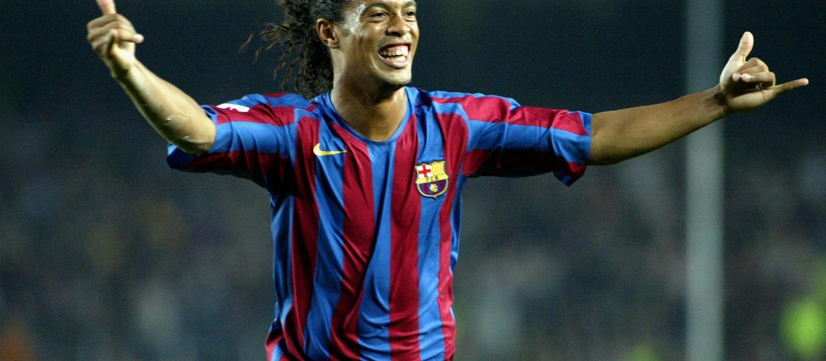 Ronaldinho celebra un gol con el Barça
