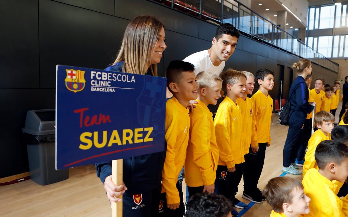 Luis Suárez surprises US athletes at FCB Clinic