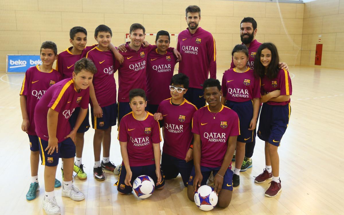 Messi, Piqué and Arda surprise the children of 'FutbolNet' alongside Beko