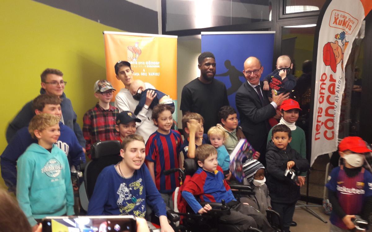 Les enfants de la Maison des Xuklis ont reçu la visite de Samuel Umtiti et du Vice-Président du FC Barcelone Jordi Cardoner