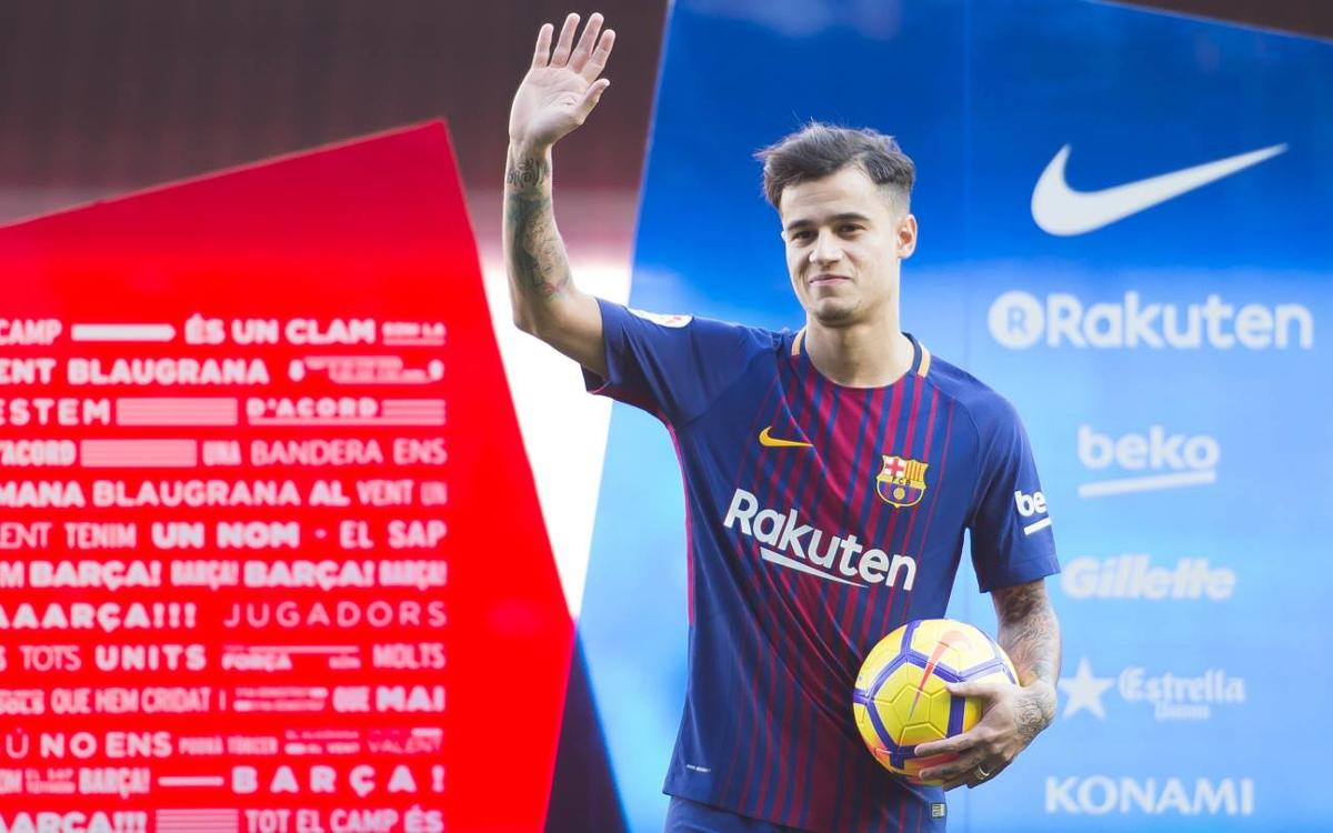 Primers tocs sobre la gespa del Camp Nou