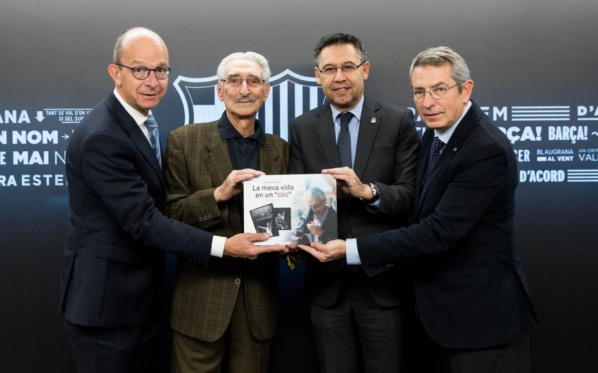 El presidente Josep Maria Bartomeu recibe un ejemplar del libro 'La meva vida en un clic', de Horaci Seguí