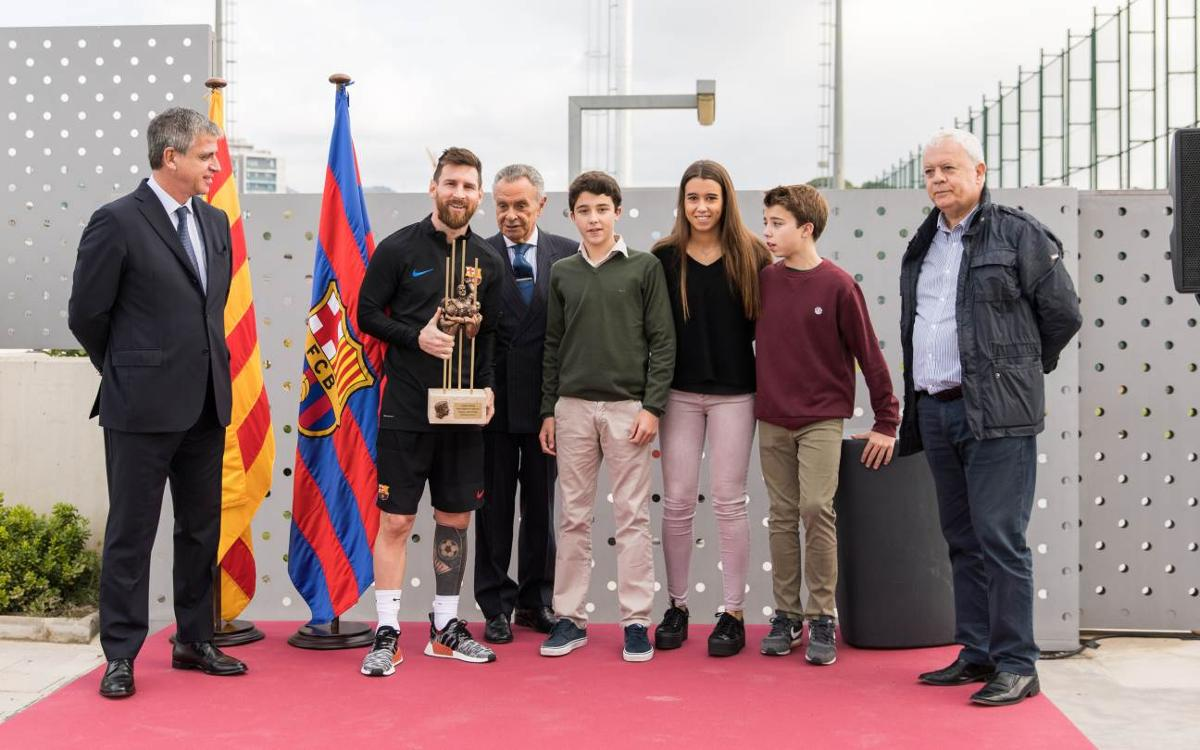 Messi receives the 2016/17 Aldo Rovira Memorial prize