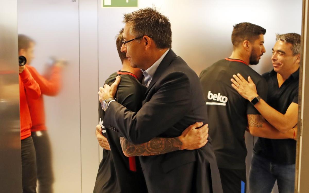 Josep Maria Bartomeu y Pep Segura visitan al primer equipo