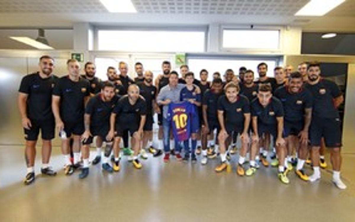 Un joven afectado por el atentado de La Rambla conoce al primer equipo