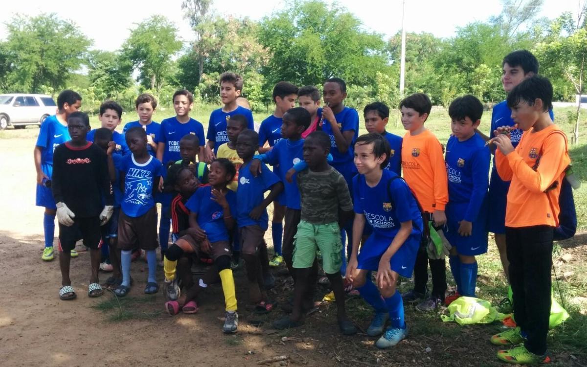 L'FCBEscola Santo Domingo, al costat de la Fundació Café con Leche