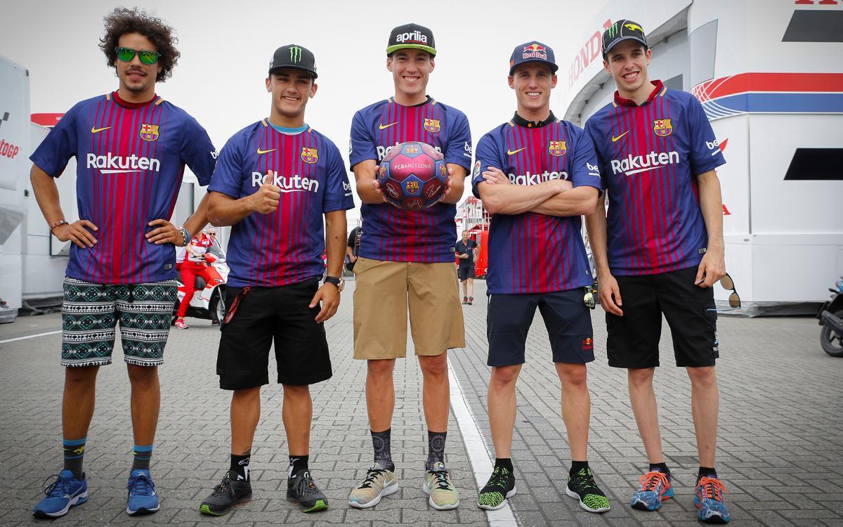 Los pilotos de MotoGP con la camiseta del Barça