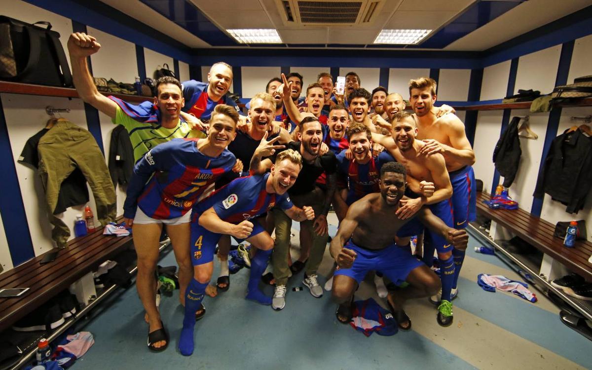 La celebración de los jugadores del FC Barcelona en los vestuarios del Santiago Bernabéu tras ganar el Clásico