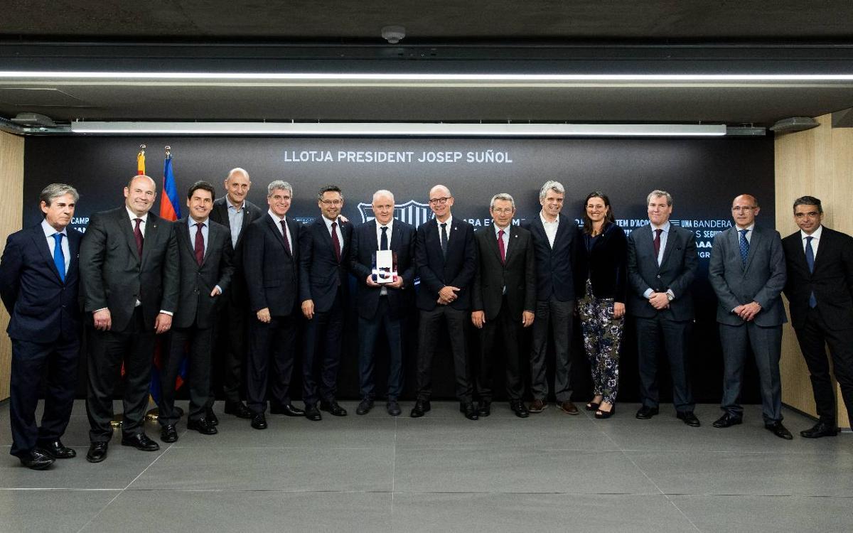 El FC Barcelona rinde homenaje a Carlos Naval por sus 30 años como delegado del primer equipo