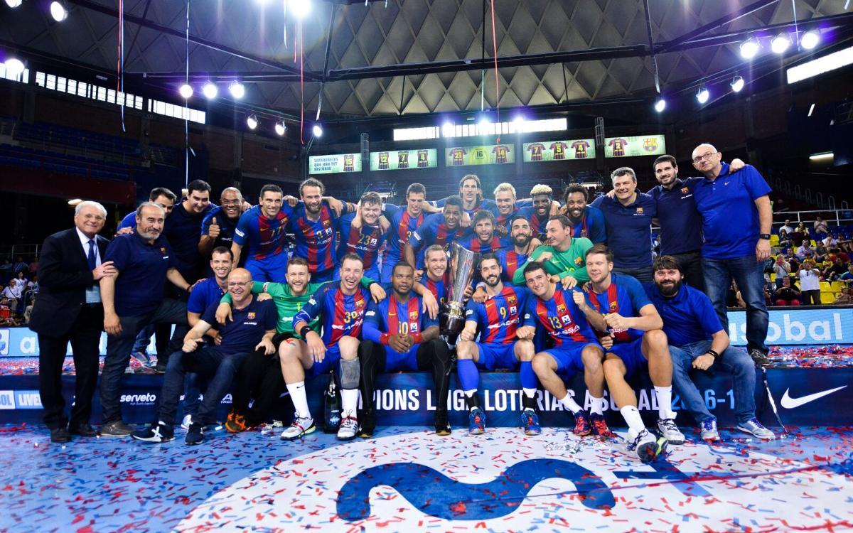 El Barça Lassa recibe el título de campeón de Liga en el Palau
