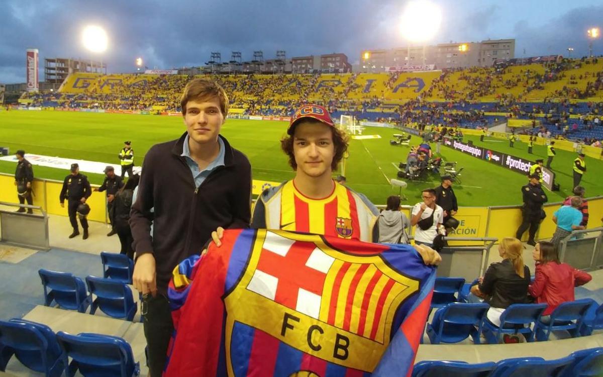 Dos jóvenes asisten al partido de Las Palmas como premio a su fidelidad azulgrana