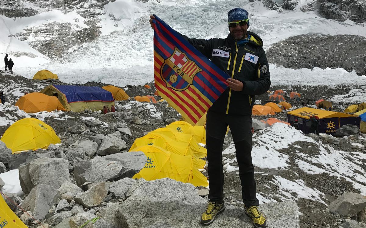 Ferran Latorre llega al campo base en su ascenso al Everest el día del Clásico en la Diada de Sant Jordi