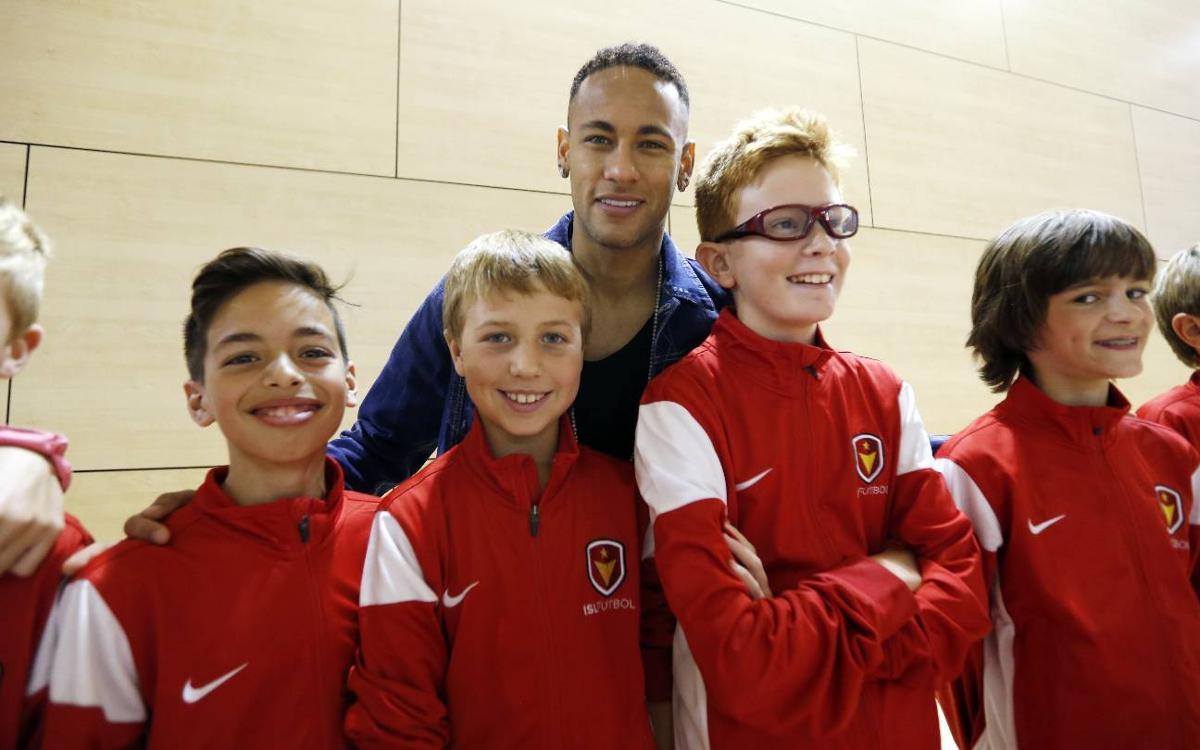 Neymar rencontre les élèves de la FCBEscola de Charlotte