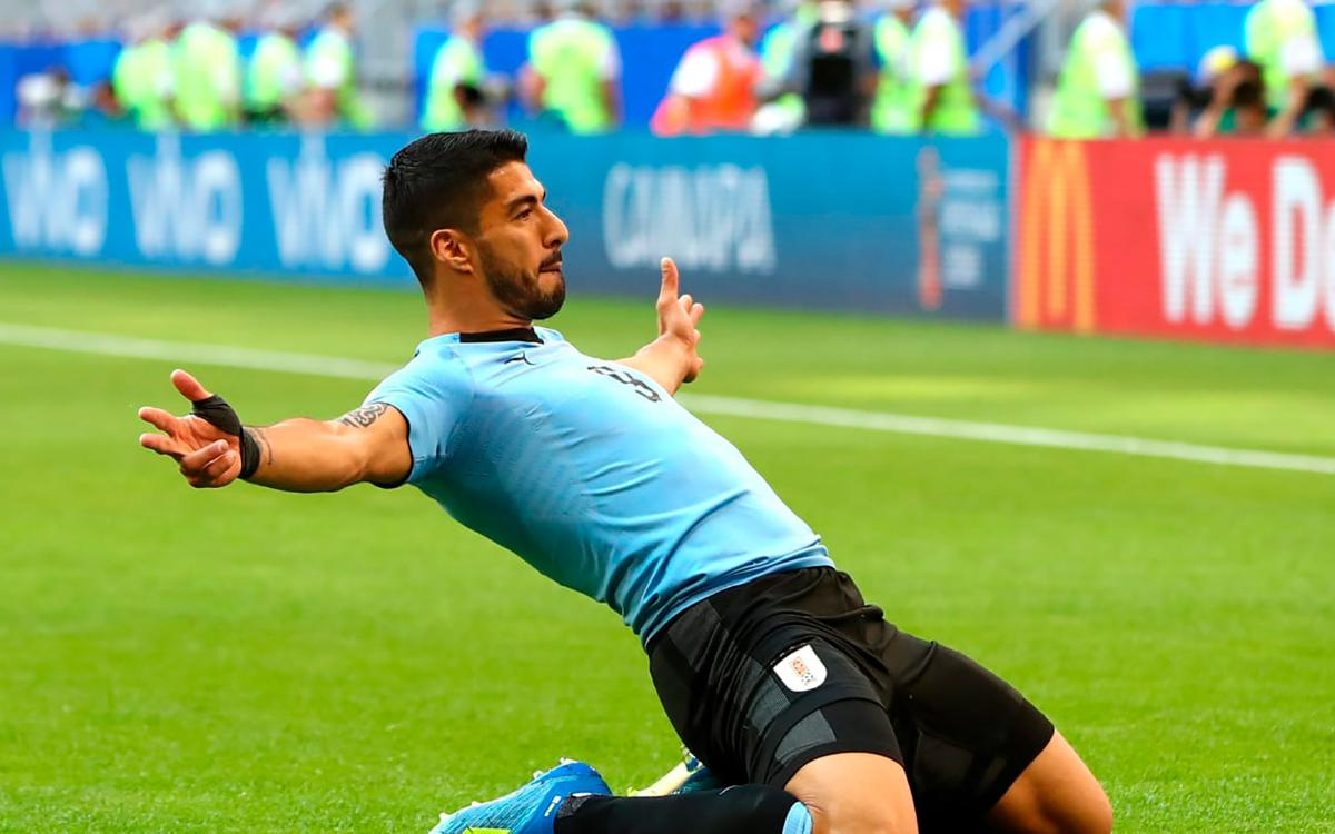 Suárez and Uruguay top Group A