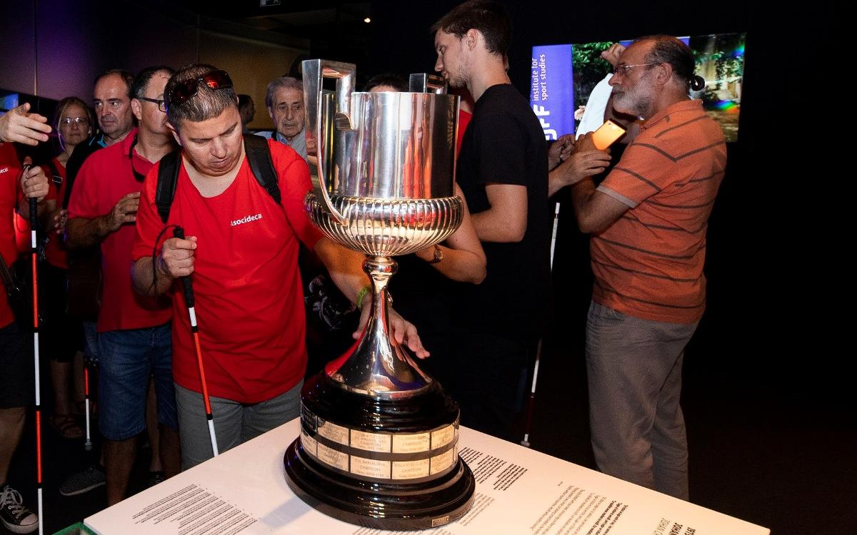 Un grupo de afiliados a la ONCE visitan el Camp Nou para conmemorar el día internacional de la sordoceguera