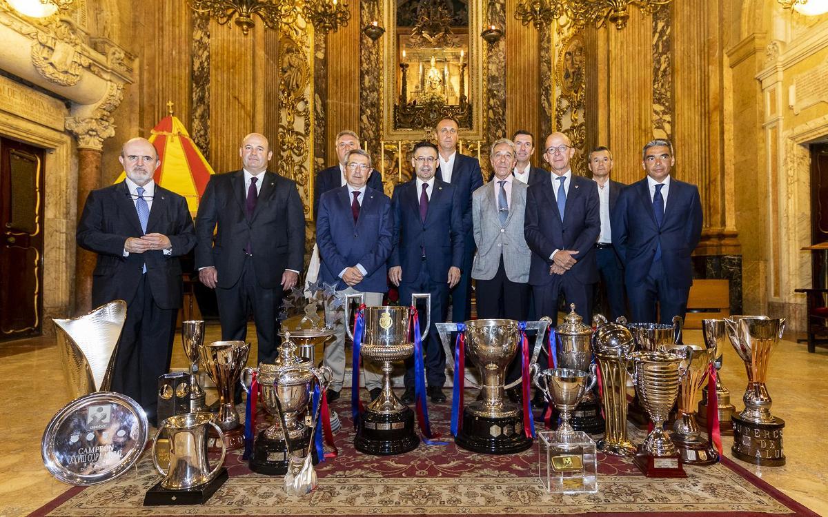 El FC Barcelona ofrece los títulos logrados durante la temporada 2017/18 a la Mercè