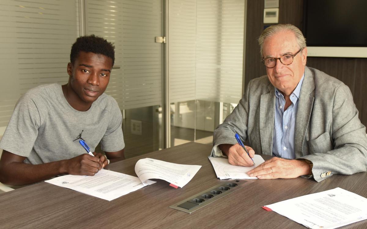 Wagué signe son contrat avec le FC Barcelone