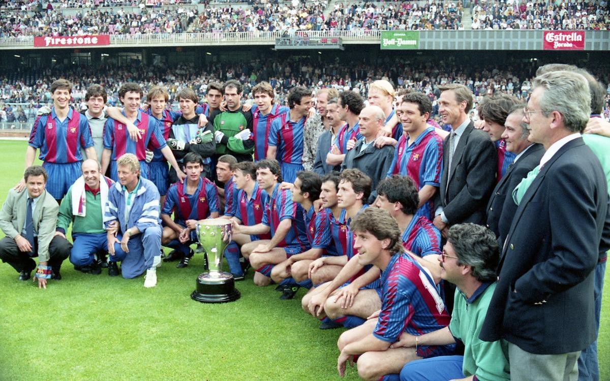 Lliurament del trofeu de campió de la Lliga 1990/91 al FC Barcelona. És la primera Lliga del Dream Team entrenat per Johan Cruyff