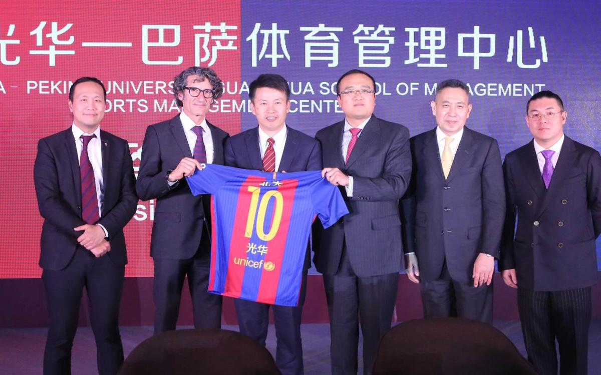 Dr Jordi Monés signs an agreement between FCB Universitas and the University of Peking