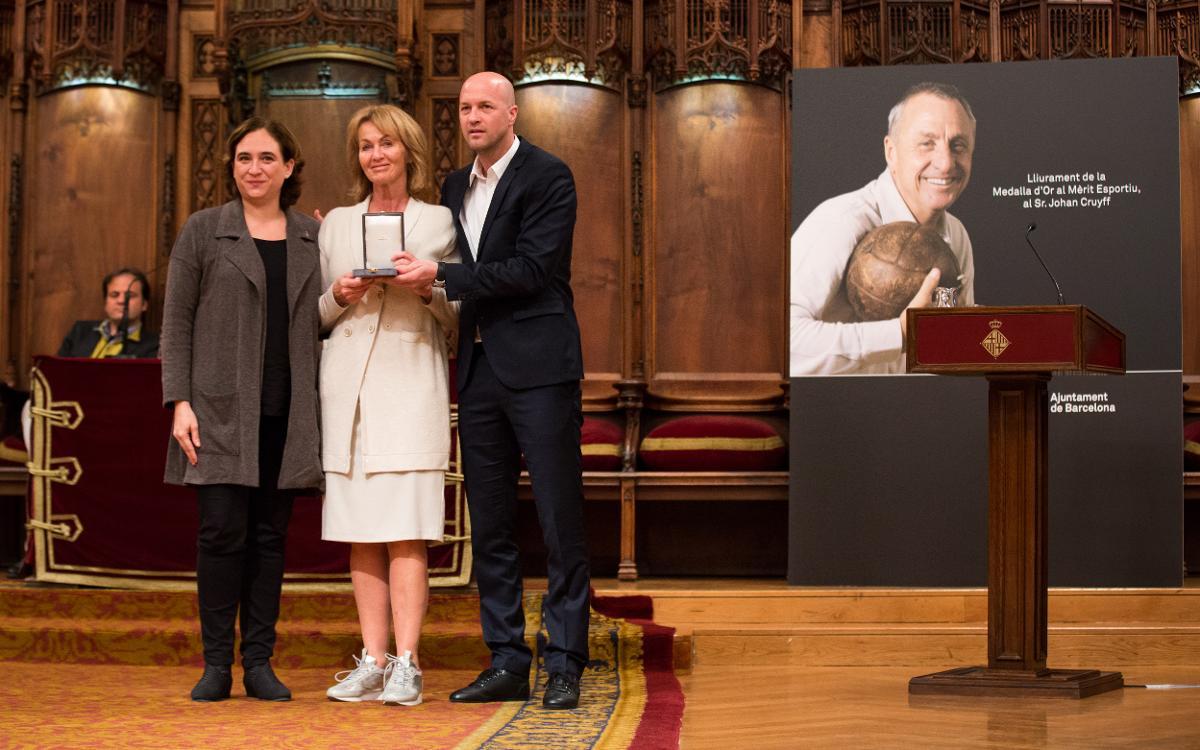 Johan Cruyff recibe a título póstumo la Medalla de Oro al Mérito Deportivo del Ayuntamiento de Barcelona