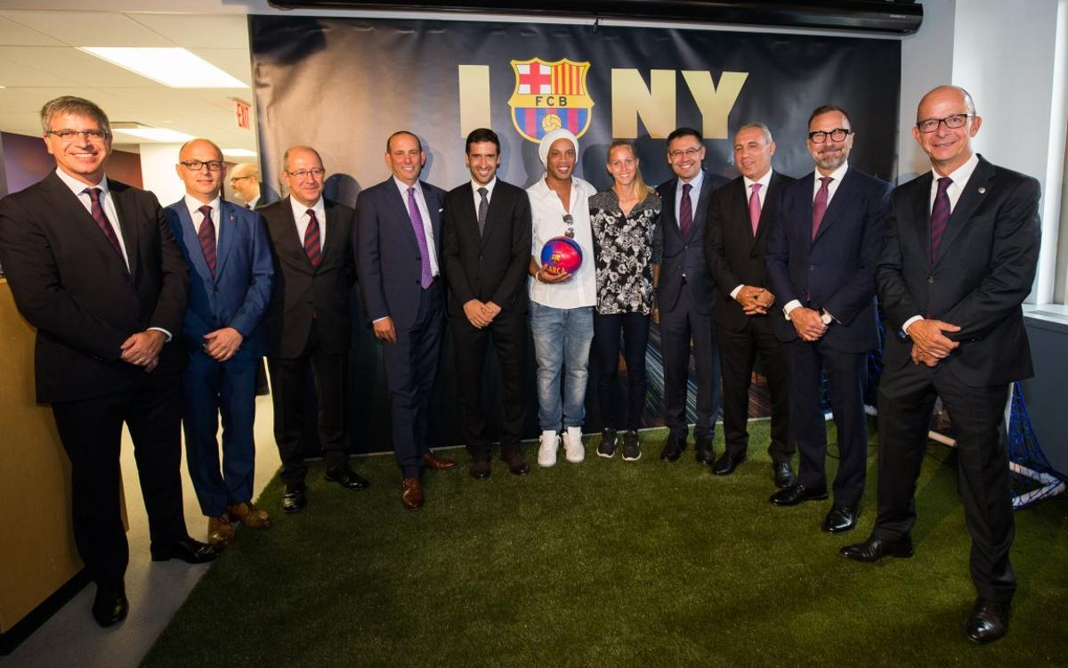 A goal from Ronaldinho opens the FC Barcelona office in New York