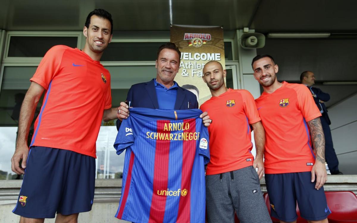 Arnold Schwarzenegger rend visite au FC Barcelone à l'entraînement
