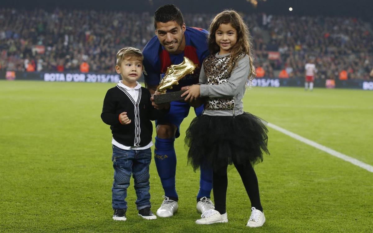 Luis Suárez ofrece la Bota de Oro en el Camp Nou