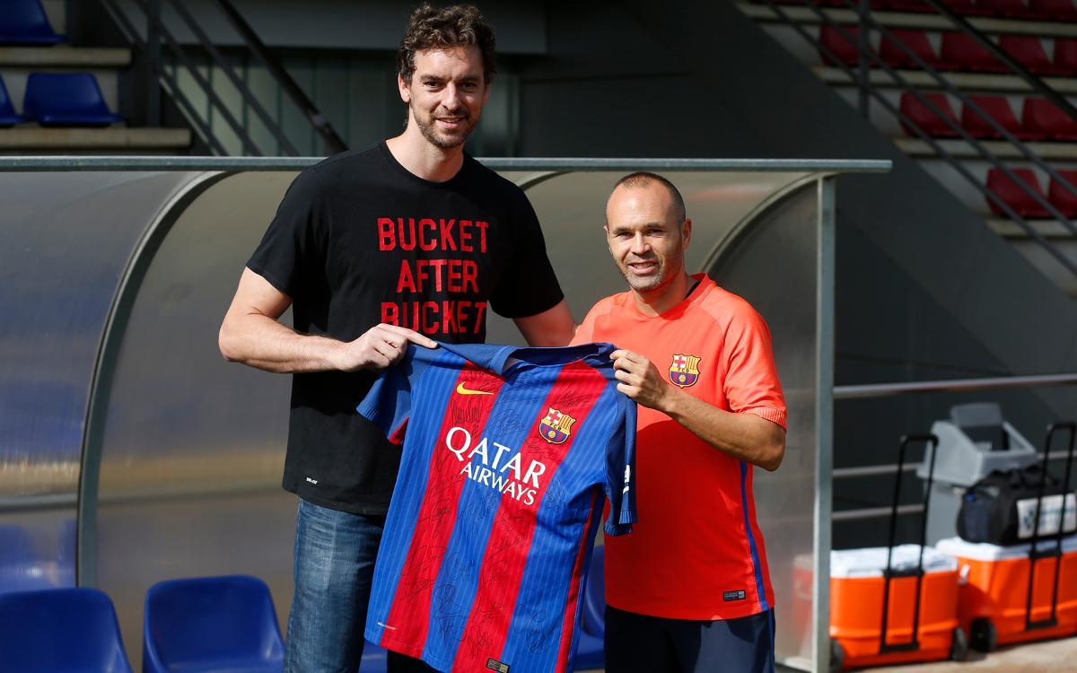 Pau Gasol visita l'entrenament del FC Barcelona