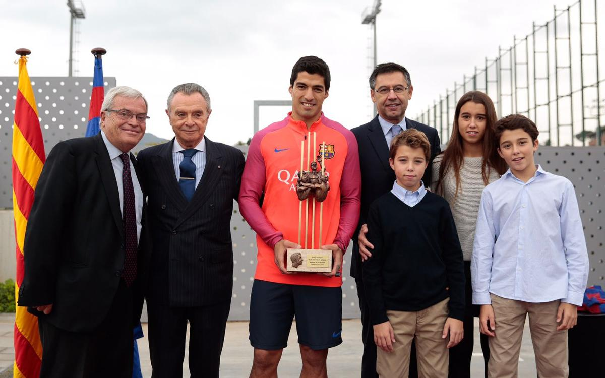 Luis Suárez collects Aldo Rovira Memorial award as FC Barcelona player of the season 2015/16