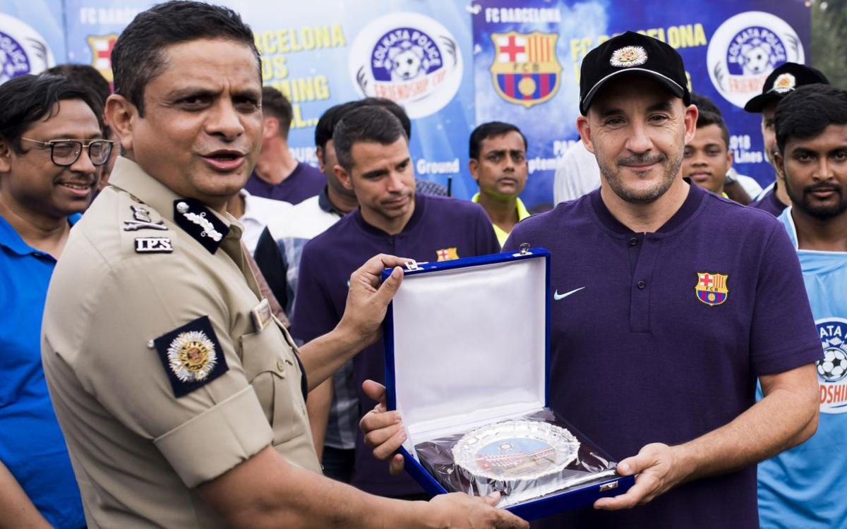 Els Barça Legends inauguren un torneig social de futbol organitzat per la policia de Calcuta
