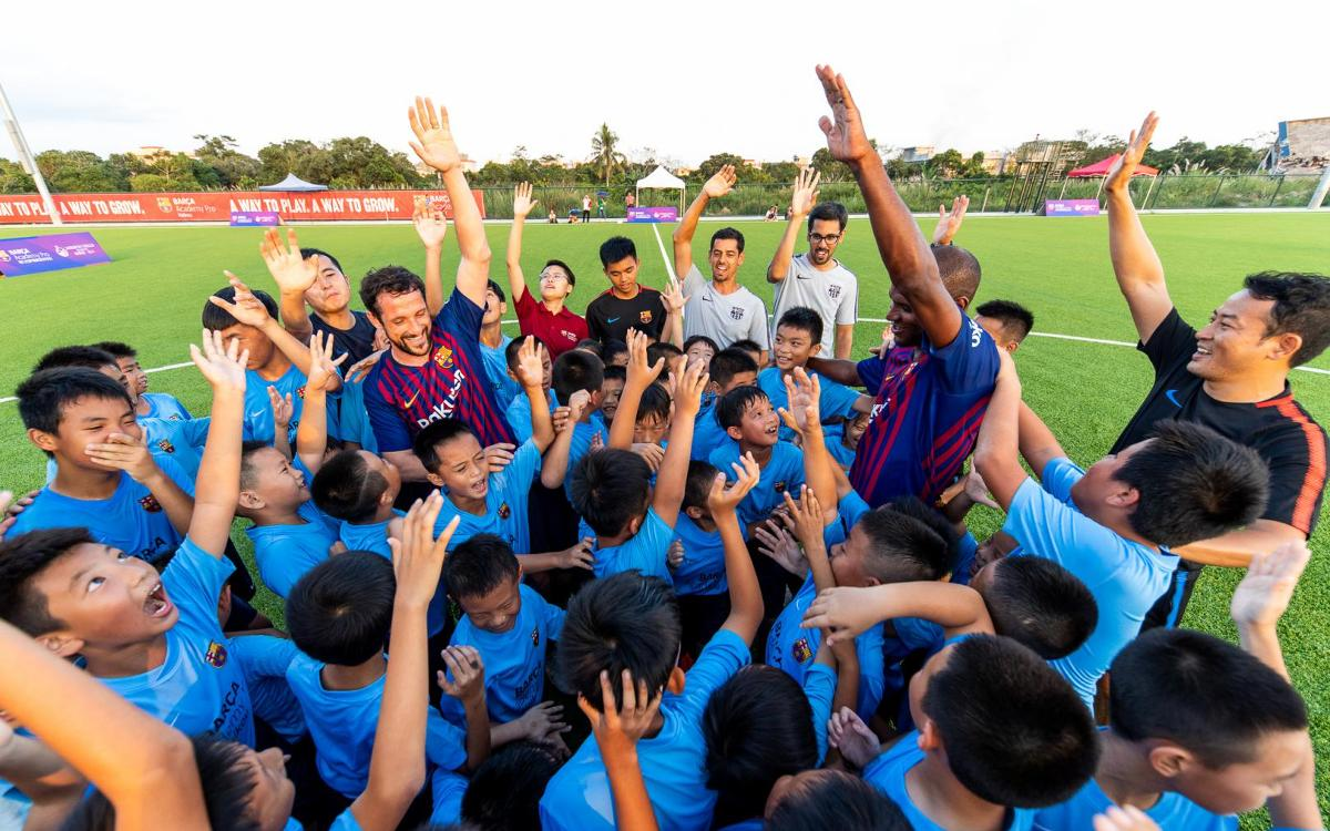 Éric Abidal and Juliano Belletti with pupils from the Barça Academy Pro in Hainan after the 2v60 game | PHOTO:GERMAN PARGA - FCB
