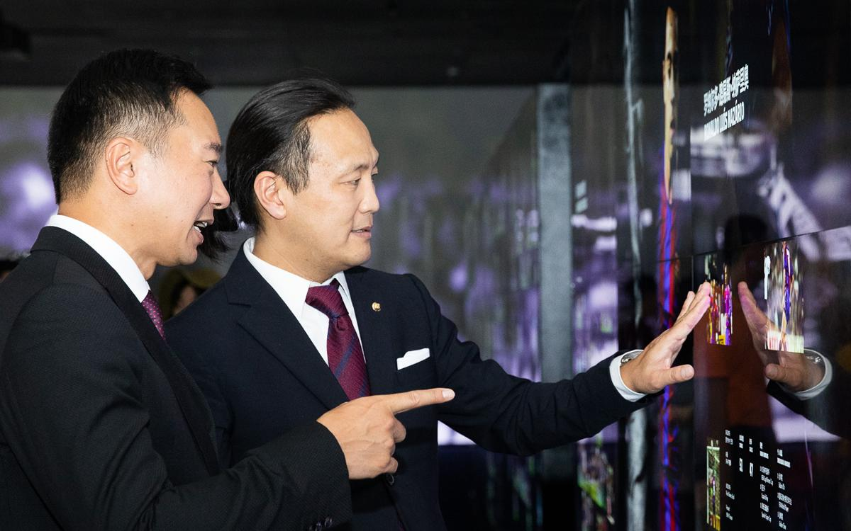 Dídac Lee with the vice-president of Mission Hills, Tenniel Chu, at the Barça Experience | PHOTO:GERMAN PARGA - FCB