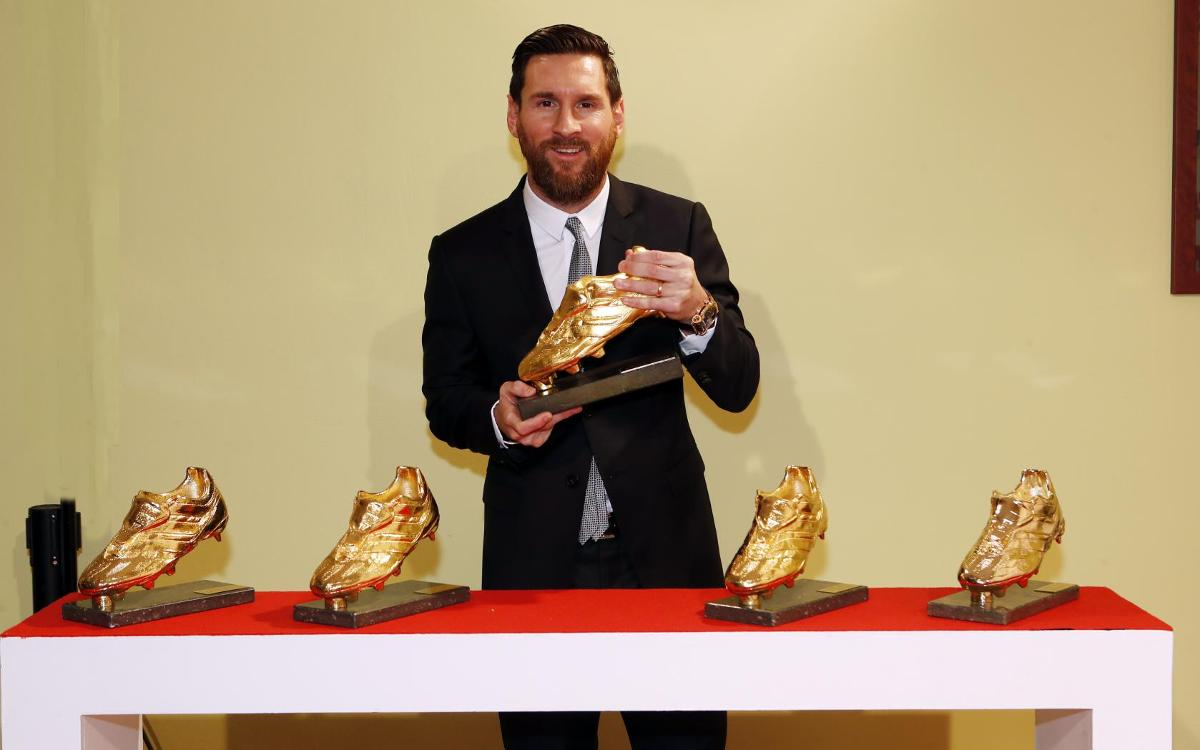 Leo Messi with the Golden Shoe trophy 2017/18