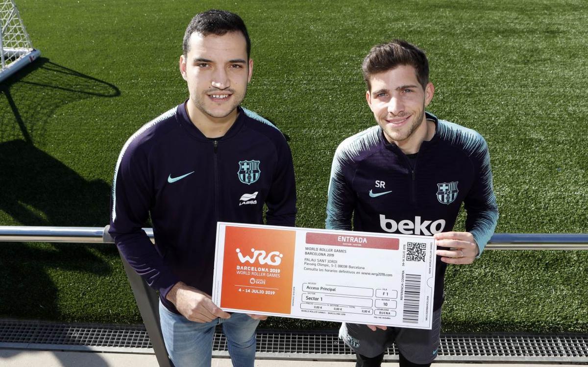 Pau Bargalló entrega a Sergi Roberto la primera entrada de los World Roller Games