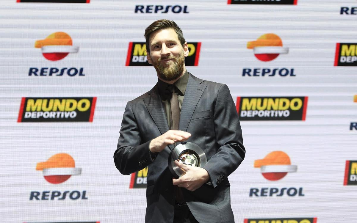 Messi collects Liga MVP award