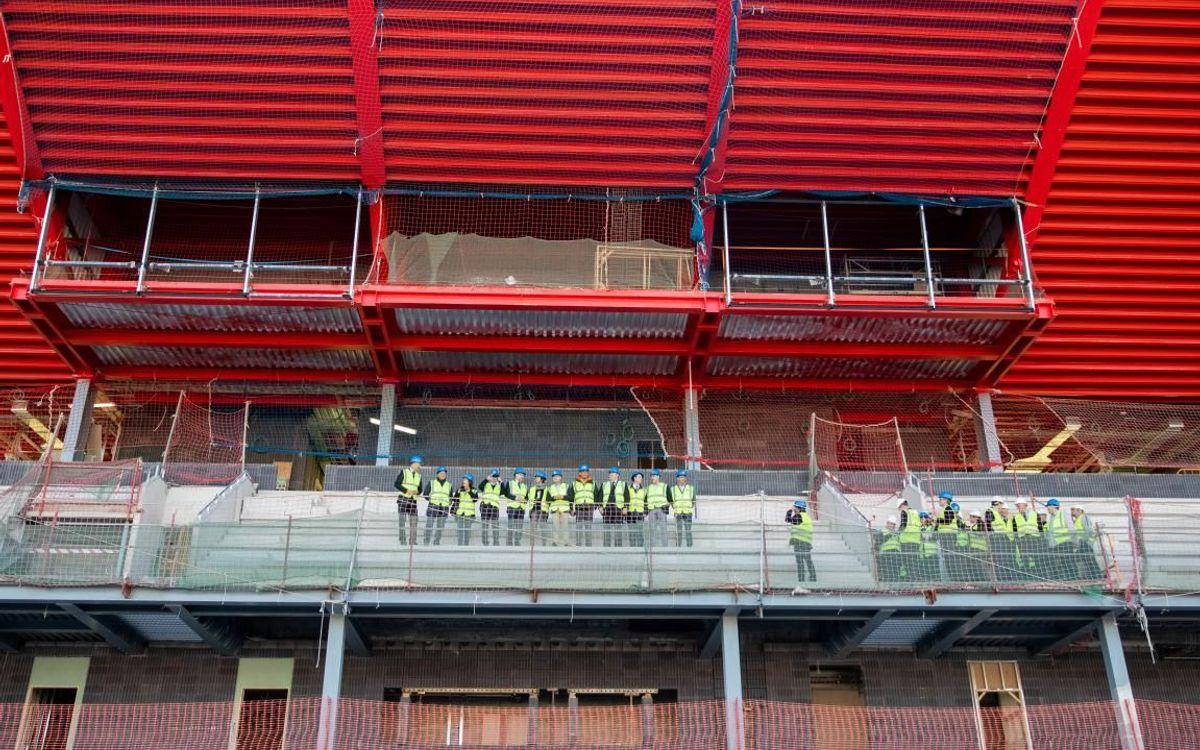 La comitiva, durante su recorrido por la visita de obras del Estadio Johan Cruyff.