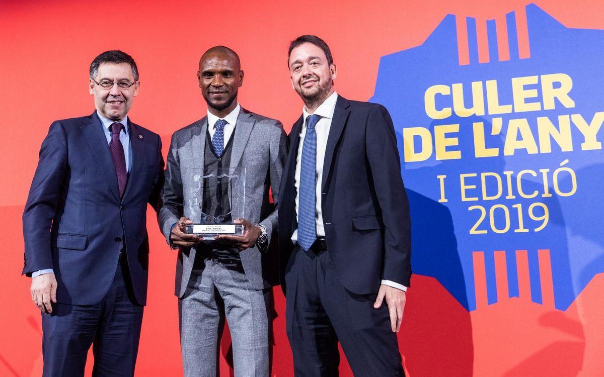 Abidal, con el presidente Bartomeu y Ernest Folch, director del Diario Sport