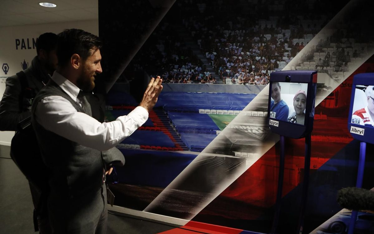 Messi saluda a Joyce, que le ve desde el Robot Pol en Lyon - MIGUEL RUIZ
