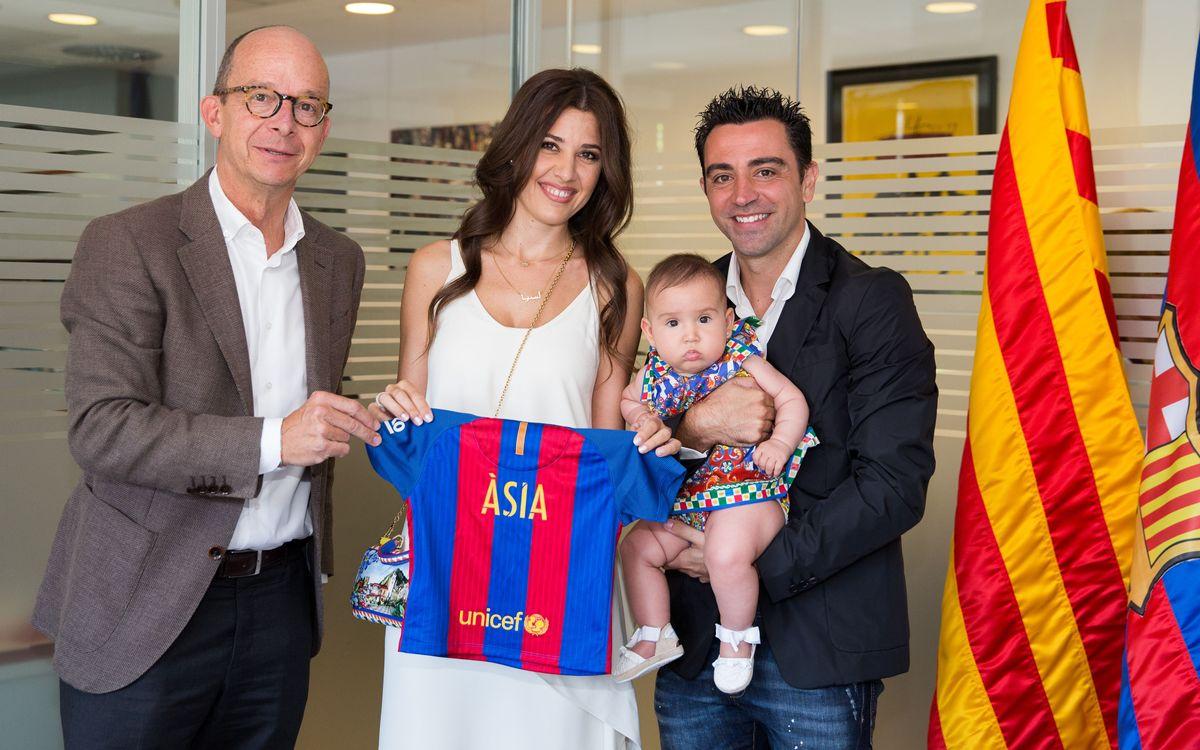 Xavi Hernández fa sòcies la seva filla, l'Àsia, i la seva dona, Núria Cunillera