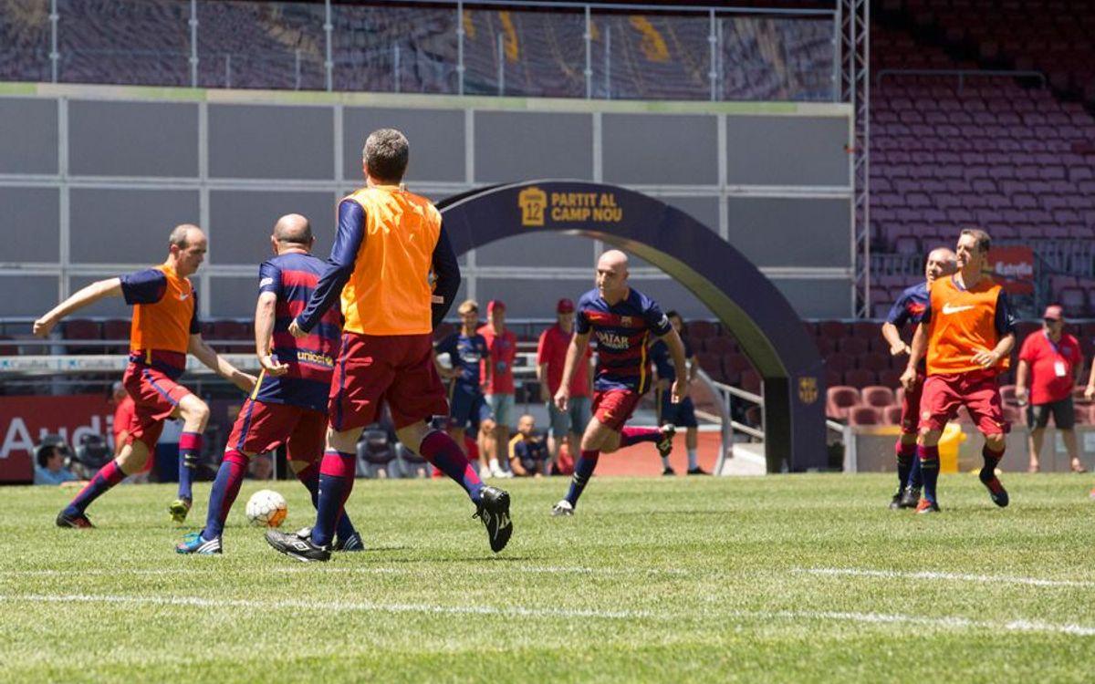 Els premiats del Jugador 12 gaudeixen del futbol sobre la gespa del Camp Nou