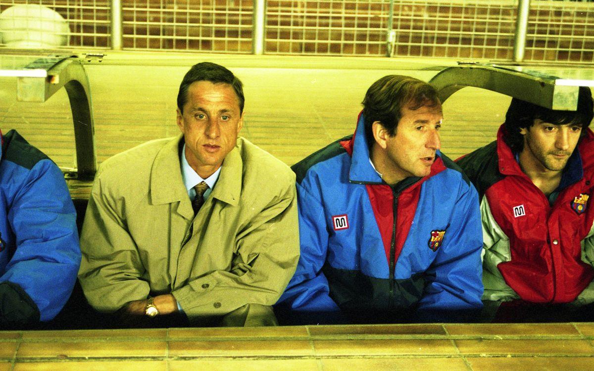 Johan Cruyff y Carles Rexach, sentados en el banquillo del FC Barcelona aquella temporada 1990/91 / ARCHIVO FCB