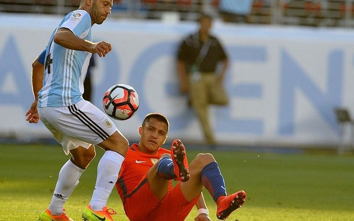 Mascherano and Argentina defeat Bravo's Chile 2-1 at Copa America