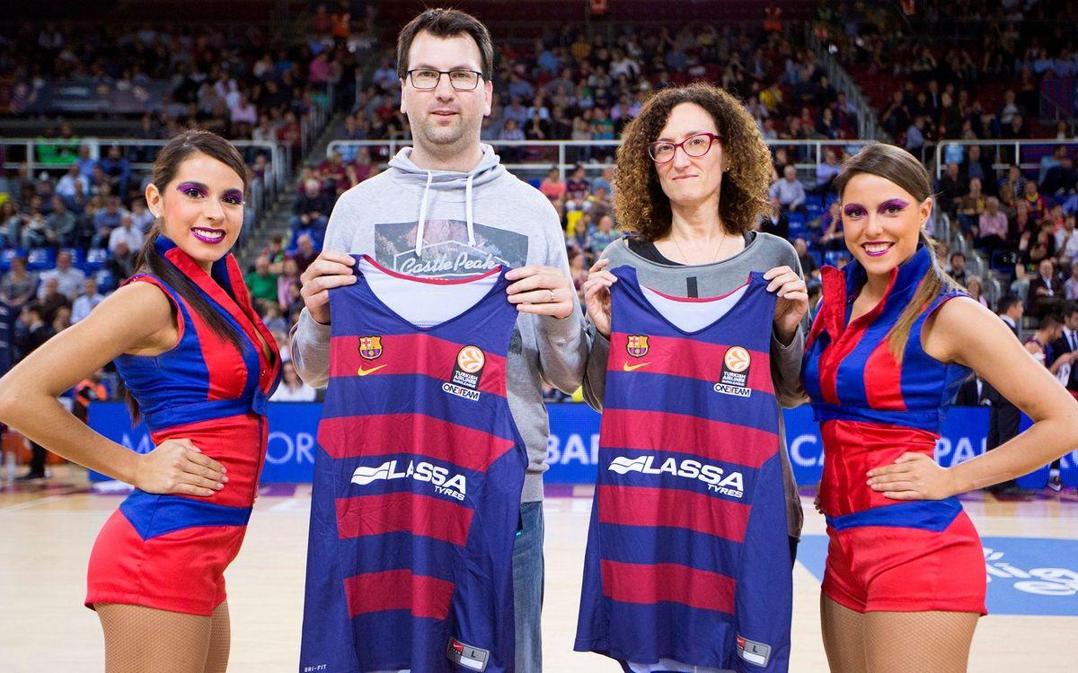 Entrega de camisetas de baloncesto a los ganadores del Jugador 6