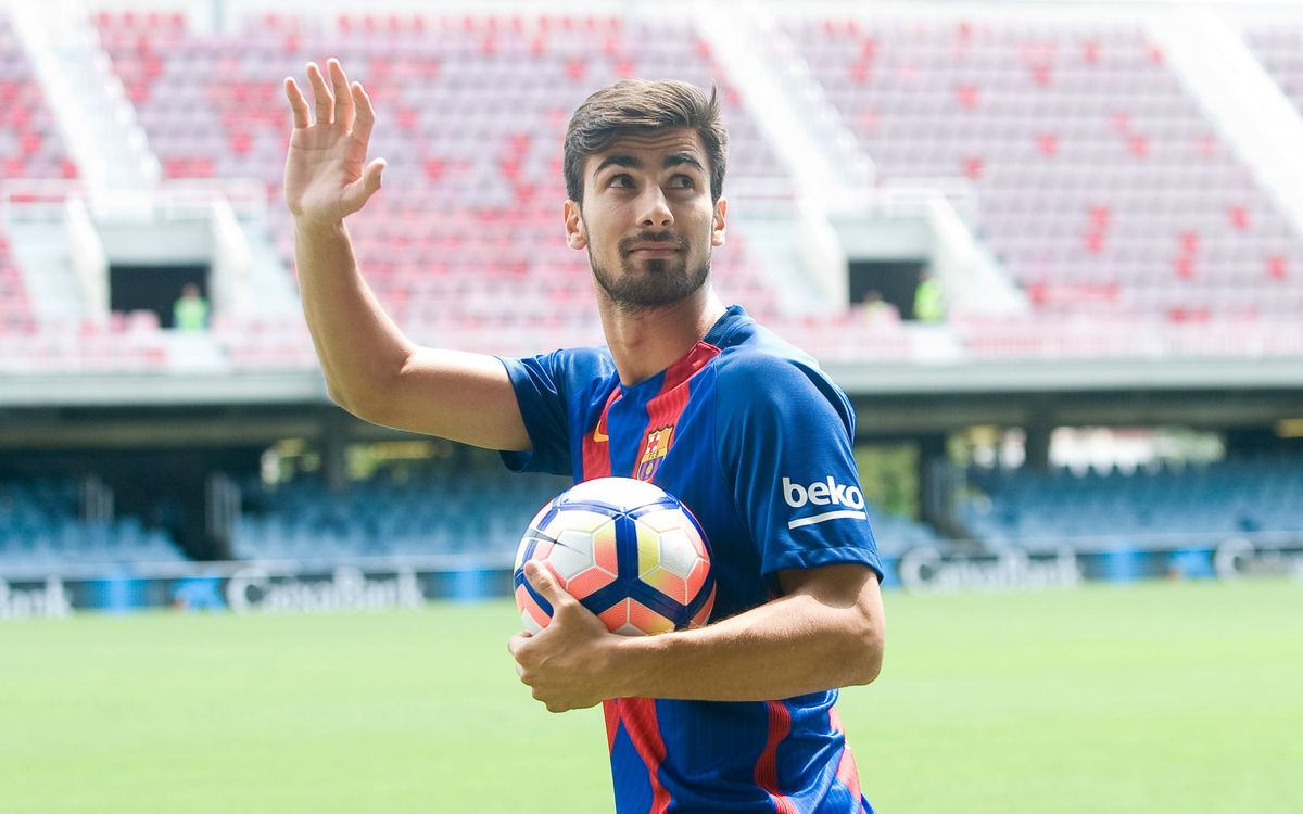 André Gomes wears FC Barcelona jersey