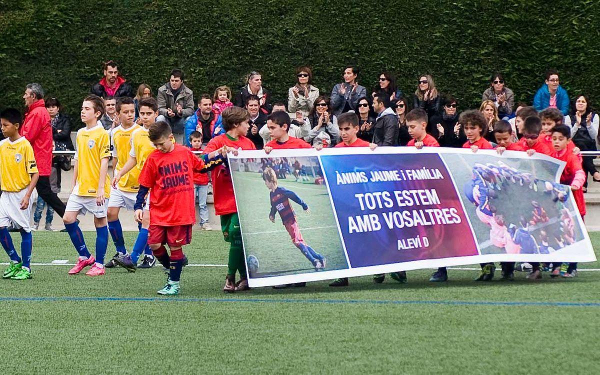 El Alevín D, con camisetas y pancarta de apoyo a Jaume Jové