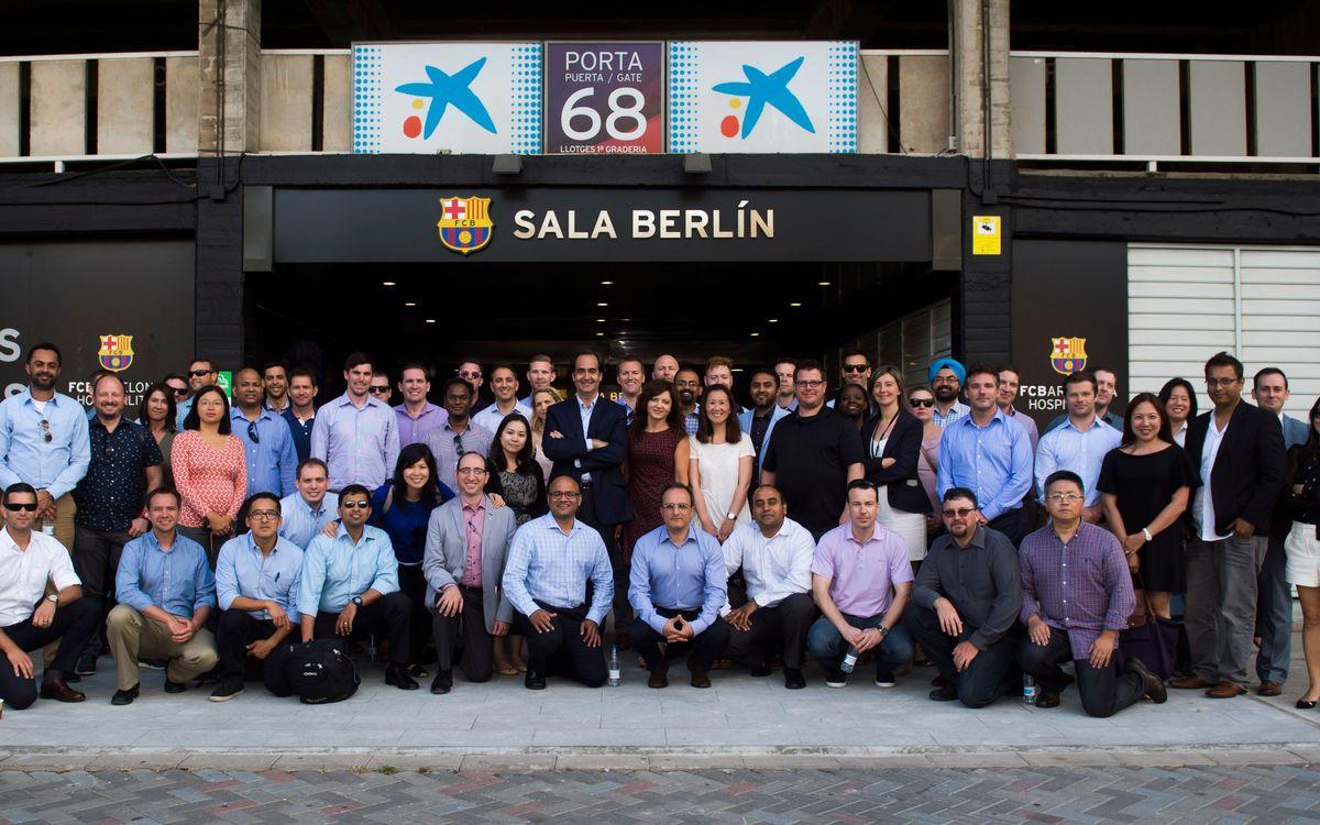 El director general del FC Barcelona, Nacho Mestre, recibe los estudiantes de la Universidad de Ucla