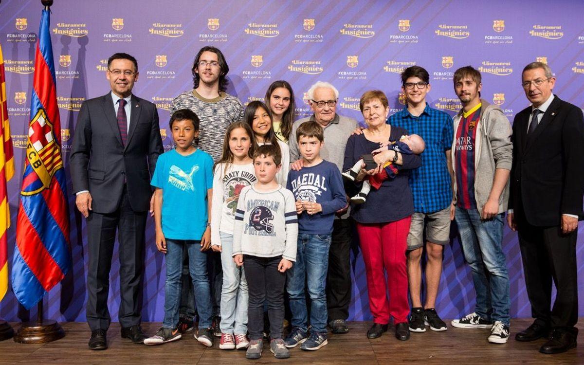 Josep Maria Bartomeu ilusiona con el Nuevo Camp Nou a los socios que recogen las insignias de oro